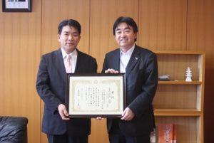 田口英信社長(左)と松田一也町長